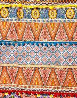 Fular con estampado digital y adornos de pompones de en